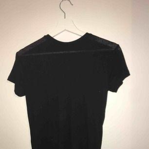 En hyfsat basic t-shirt ifrån lager 157. Tröjan är ribbad och enligt mig smått liknande en mesh-topp så jag har matchat den med en snygg bh på fest eller liknande (se sista bilden). Kan frakta om köparen står för frakt:)🦋