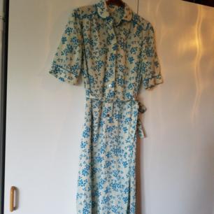 Tunn vintageklänning med fina detaljer