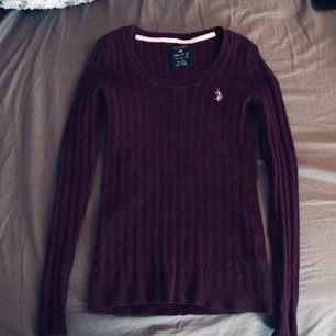 Lila/ plommonfärgad kabelstickad tröja från US Polo i storlek XS🌸 Väldigt stretchbar!  Säljer då den inte riktigt är min stil tyvärr🌟 Knappt använd så väldigt fint skick! Kan skickas!