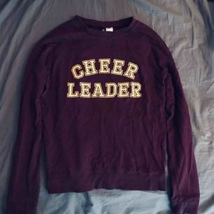 Lila/plommonfärgad lite tunnare sweatshirt med gul text från h&m🌸 Nästintill oanvänd🌟 Kan skickas!
