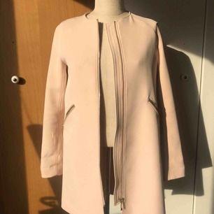 Superfin och elegant babyrosa jacka som passar perfekt till våren eller lite kyligare sommardagar. Köpt på H&M i storlek 32. Jackans detaljer är guldfärgade. Knappt använd.