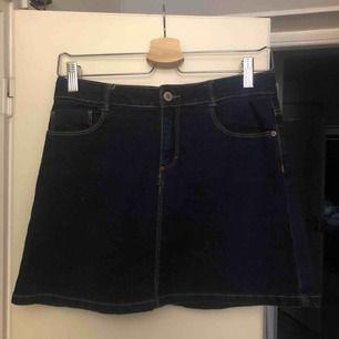 jättefin jeanskjol från zara, knappt använd, strl 164 skulle säga att det passar XS-S beroende på hur lång man är