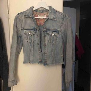 Jättesnygg Jeansjacka, säljer pågrund av att den tyvärr blivit för liten