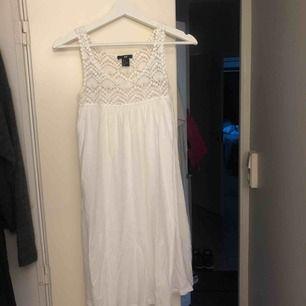 Jättegullig klänning, använd några gånger, säljer pågrund av blivit för liten