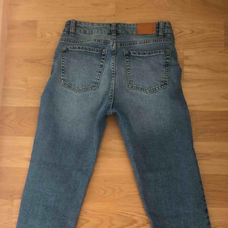 Blå jeans från berska i fint skick. Använda 1-3 gånger.  Köparen står för frakt.. Jeans & Byxor.