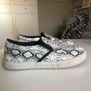 Ett par slip-on i bra skick. Sulan är lite smutsig men resterande delar av skorna är i mycket bra skick. Säljer pga att jag köpte fel storlek tyvärr. Frakt ingår  ej.