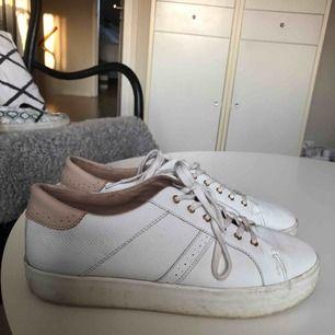 Klassiska vita sneakers köpta för 2 år sedan. Har tyvärr inte kommit till användning så mycket då dem varit för stora för mig. Bra skick men med en tvätt skulle de se som nya ut!
