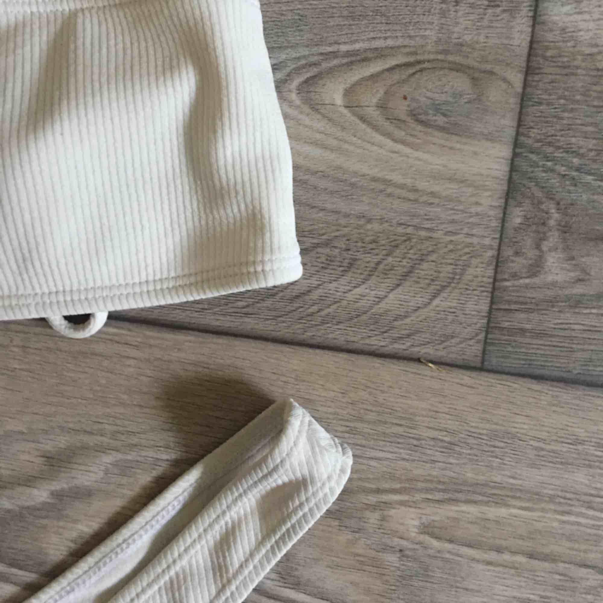Bikini från zaful, ribbad vit färg. Använd sparsamt denna sommar och säljer pga rensning. Frakt tillkommer på 9kr. Övrigt.