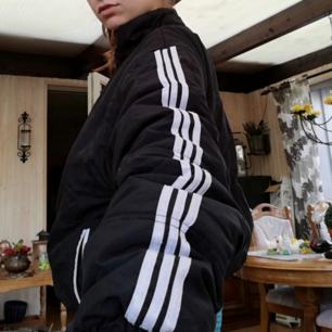 Svart vintage oversize jacka med stripes köpt på Humana, ej Adidas men påminner om. I begagnat skick, luva följer med men brukar ta bort den. Frakt 63 kr.