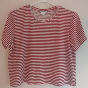 Röd- och vitrandig t-shirt från Monki. Lite kortare modell. Bra skick. 100% bomull. Ta 3 betala för 2 (billigaste på köpet) gäller på alla mina annonser! ✨