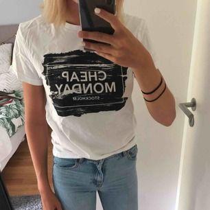 Cheap monday T-shirt i jättebra skick. Använd ett fåtal gånger. Pris går att diskutera och köparen står för frakten:)