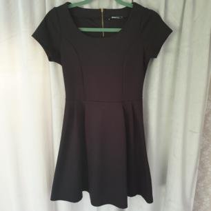 Enkel men riktigt snygg klänning. Dragkedja ett par dm ned på ryggen. Frakt 35kr 🎉