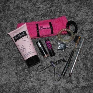Säljer ett paket med blandade produkter för 50 kr + frakt.   •Hårband  •Body lotion (our moment - One direction)  •2 läpprodukter  •Kajal & ögronbrynsborste •2 hårsnoddar (av gummi) •glitter (smink, som ögonskugga etc) •Ögonfransböjare