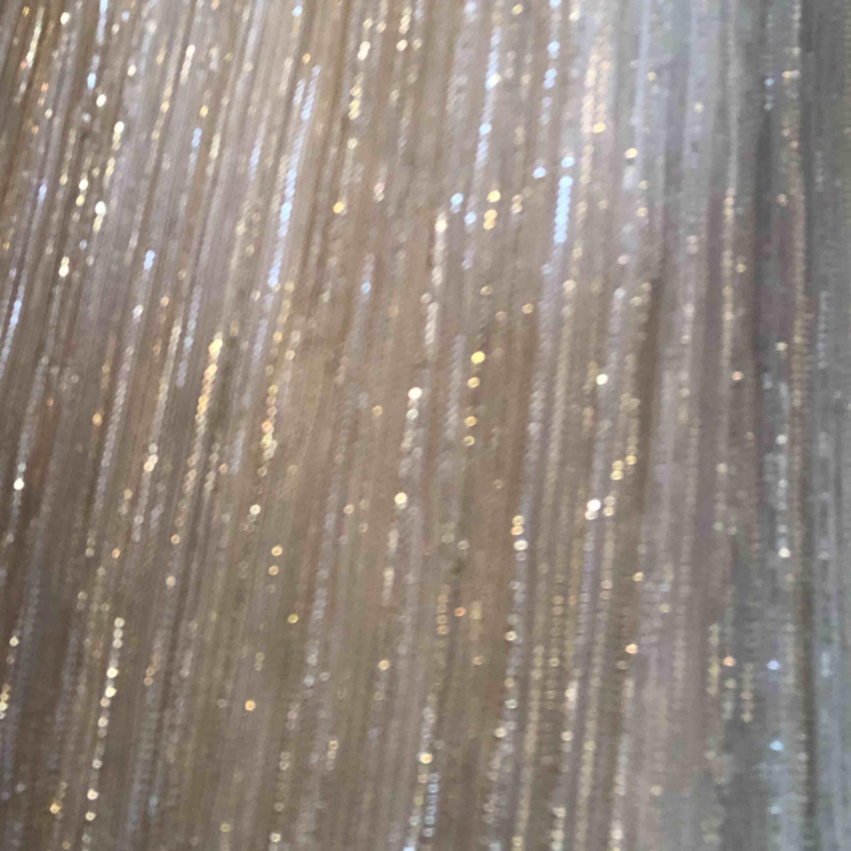 Guld Glittriga vida byxor💕 Perfekt till fest, födelsedagar osv🔥   Har resårband i midjan. Materialet är även extremt mjukt! . Jeans & Byxor.