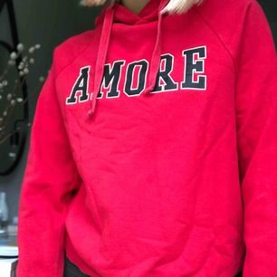 Röd hoodie från Gina tricot. Jättebra skick, dock svårt att få fram den riktiga färgen i kameran då den inte är lika stark röd i vekligheten. Pris går att diskutera och köparen står för frakten:)