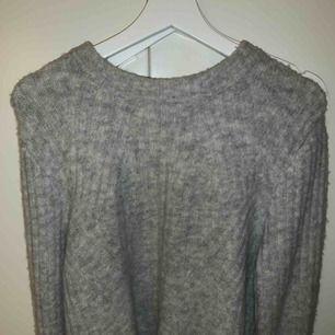 Jätte fin Stickad grå tröja från H&M Använd fåtal gånger  Nypris 249kr  Frakt tillkommer!