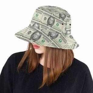 Söker mina drömmars bucket hat!! Någon som har den och kan tänka sig och sälja den? Kontakta mig snälla!! Snälla alla likea så att många hinner se!❤️💖💘💞❤️💖