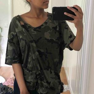 Jättesnygg oversize camo T-shirt från Zara, använd en gång, frakt inkl i priset ✨✨