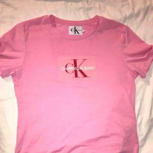 Rosa t-shirt från Calvin Klein Jeans   Köpt i storlek L då jag ville ha den i oversized modell   Endast använd en gång   Nypris: 499:-   Fritt fram att pruta!   Frakt ingår i priset!  