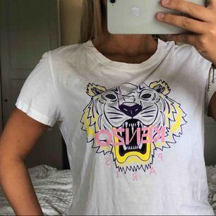 Kenzo t-shirt köpt på NK nypris 900kr, den är i toppskick💗den är ganska liten i storleken jag har stl S och den passar perfekt på mig Möts upp i Sthlm eller fraktar men då står köparen för frakten💗