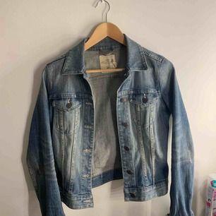 En vanlig, hederlig jeansjacka ifrån H&M som jag ärvde förra året. Använts några gånger men har ej rörts på 2 år ungefär. Den är verkligen skön och stilren 😍
