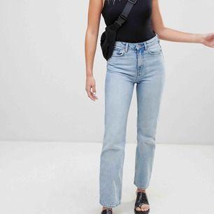 Slutsålda springblue jeans från weekday, i modellen voyage:) W26 L30 dessa är slut överallt både online och i butik och är deras bästsäljare. Dem är helt oanvända så superskick!
