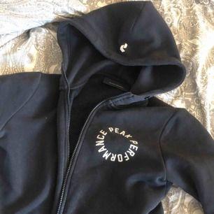 Peak Performance zip hoodie, dam marinblå bra skick.
