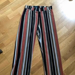 Fina utsvängda byxor med ränder i olika färger. Använda någon enstaka gång så i fint skick. Supersköna 🥰