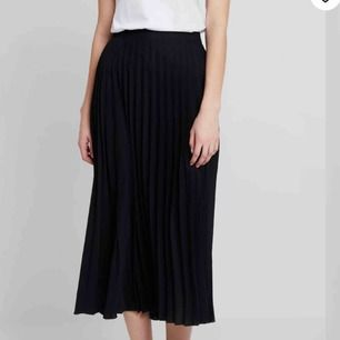 svart, plisserad långkjol i storlek 40🥰