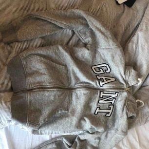 Älta gant hoodie, från kidsbrandstore. Passar storlek XS.