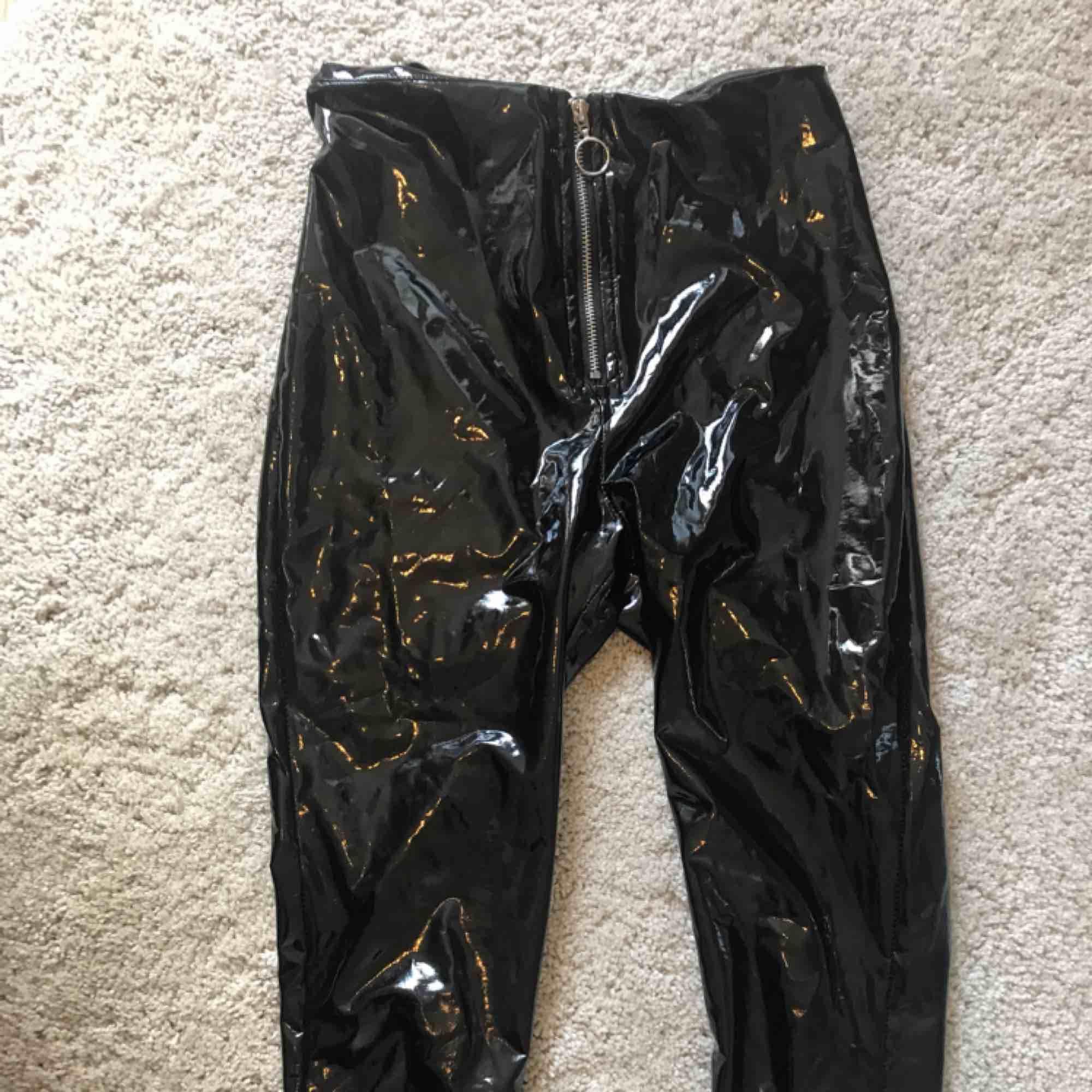 Lack/vinyl byxor Bra skick då jag använt ca 5 gånger😃 Säljer pga att de är lite förstora vilket gör att de inte kommer till användning.Hittade en liten skada på inre låret:/  🤩  Kan gå ner i pris vid snabb affär!  Köpare står för frakt. Jeans & Byxor.