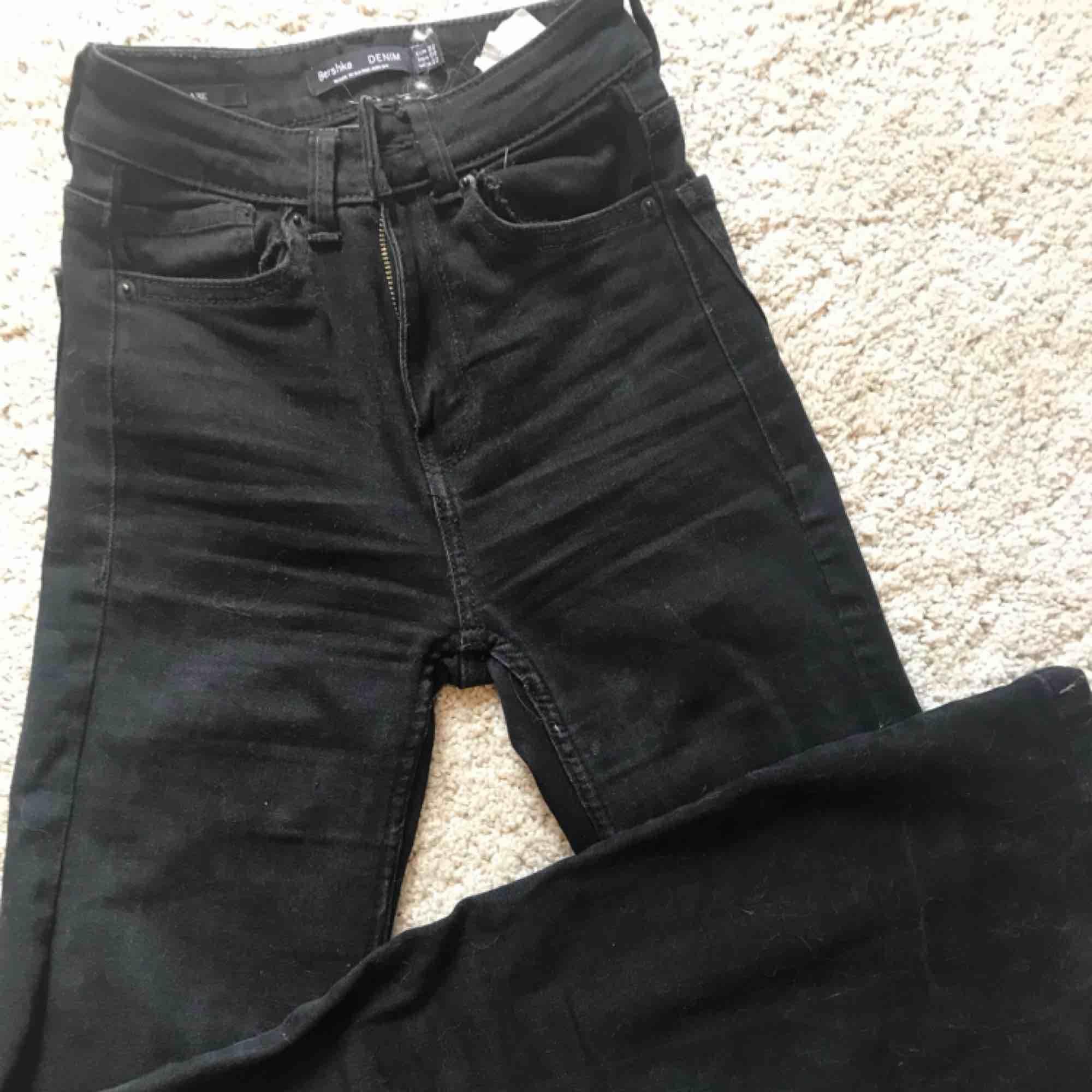 Bootcut jeans från bershka Säljer pga att jag inte använder dem. Använt många gånger men bra skick. ( VI HAR KATT OCH HUND I HEMMET) kan sänkas i pris vid snabb affär 😃😃😃  Köpare står för frakt  #strlxs #bootcut. Jeans & Byxor.