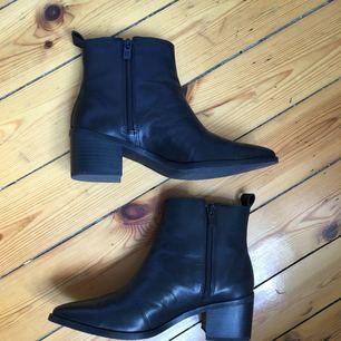 Snygga stilrena boots från XIT, Din Sko inköpta i höstas i äkta skinn. Knappt använda och därför säljer jag dem vidare. Möts upp i Sthlm eller skickas mot fraktkostnad :)
