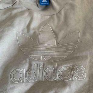 grå adidassweatshirt med tryck o liten krage