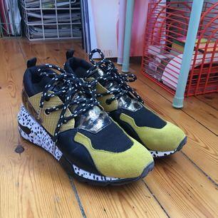 Supertrendiga sneakers från Steve Madden. Inköpta i våras för 1.200kr men insåg sedan att de inte riktigt var min stil, därav säljer jag dem. De är använda ett fåtal gånger. Möts upp i Sthlm eller skickas mot fraktkostnad :)
