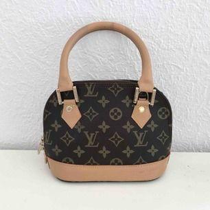 Perfekt liten väska där du får plats med de nödvändigaste - mobil, nycklar och kort :) Äkta läder så väldigt bra kvalité!
