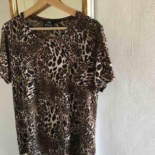 T-shirt i leopardmönster!! Det står att den är i strl XL men skulle mer säga att den är i strl M. Köparen står för frakt! :)