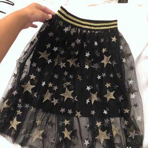 Vääärldens finaste kjol med stjärnor på😩💫 säljer då den ej kommer till användning💕 barnstorlek tror ja, men passar lika bra en xs/s💘💓