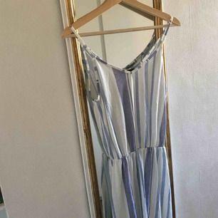 Jättefin, somrig klänning från bikbok, som tidigare var mycket längre innan jag klippte av så att klänningen gick ner till knäna ungefär! Den har inte använts särskilt mycket. Köparen står för frakt :)