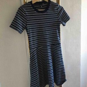 Gullig klänning från H&M!! Sitter jättebra på en i fall man sätter på ngt skärp så att midjan syns bättre :) Aldrig använt den direkt. Köparen står för frakt ☺️