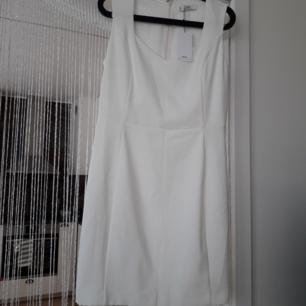 Urfin perfekt studentklänning/elr klänning för andra fina tillställningar. Klänningen är från Mango o har haft prislappen kvar sedan köp! Aldrig använd pga har gått ned i vikt o passar inte i den:/ Den har en pyttefläck som knappt är synlig o som jag antar är där från butik(går förmodligen lätt som en plätt bort i tvätten). Frakt: 63:- Spårbar.