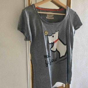 """Tröja från lindex! På tröjan så är det ett tryck av en hund med en boll, och även en text på franska som jag tror är ungefär """"jag leker"""" på svenska, svårt att översätta heheh. Köparen står för frakt! <3"""