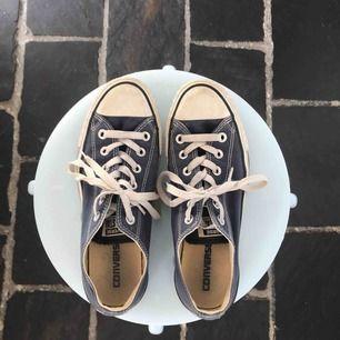 Låga blå converse i väldigt fint skick. Legat i min garderob i över 1 år och känner att de behöver en ny ägare😅 En tvätt och de är som nya!  Passar mig med 39 i skor. (FRAKT INGÅR!)