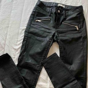 Svarta skinnbyxor från Gina tricot i storlek 34/XS. Knappt använda och köpta för 599kr, som nya.
