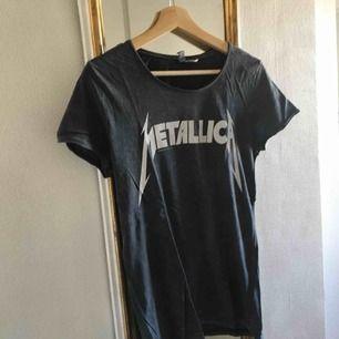 Cool tröja med tryck av Metallica-loggan!! Den är i strl S och jag tror den kommer från H&M, lite osäker. Köparen står för frakt :)