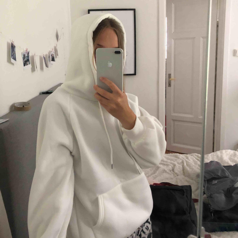 Säljer en snygg nästan helt oanvänd vit hoodie som jag köpte här på plick, säljer pga att fick en vit hoodie i födelsedagspresent så behöver inte den här då jag köpte den innan jag fyllde år. Köpare står för frakten, kontakta för mer frågor. Huvtröjor & Träningströjor.