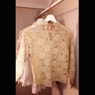 Helt ny tröja köpt på Cubus i storlek XS. En super fin tröja man kan ha till både vardag och speciella tillfällen! Aldrig använd utan bara provad 💘