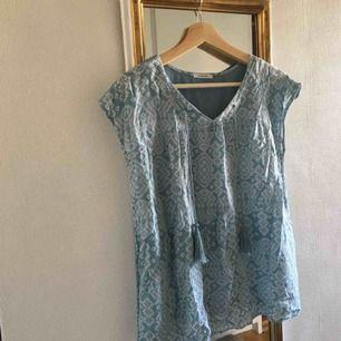 Fin, turkos tröja med tofsar från promod, köpt i Frankrike!! Det står ingen strl men skulle gissa strl M. Tredje bilden visar baksidan av tröjan. Köparen står för frakt ☺️