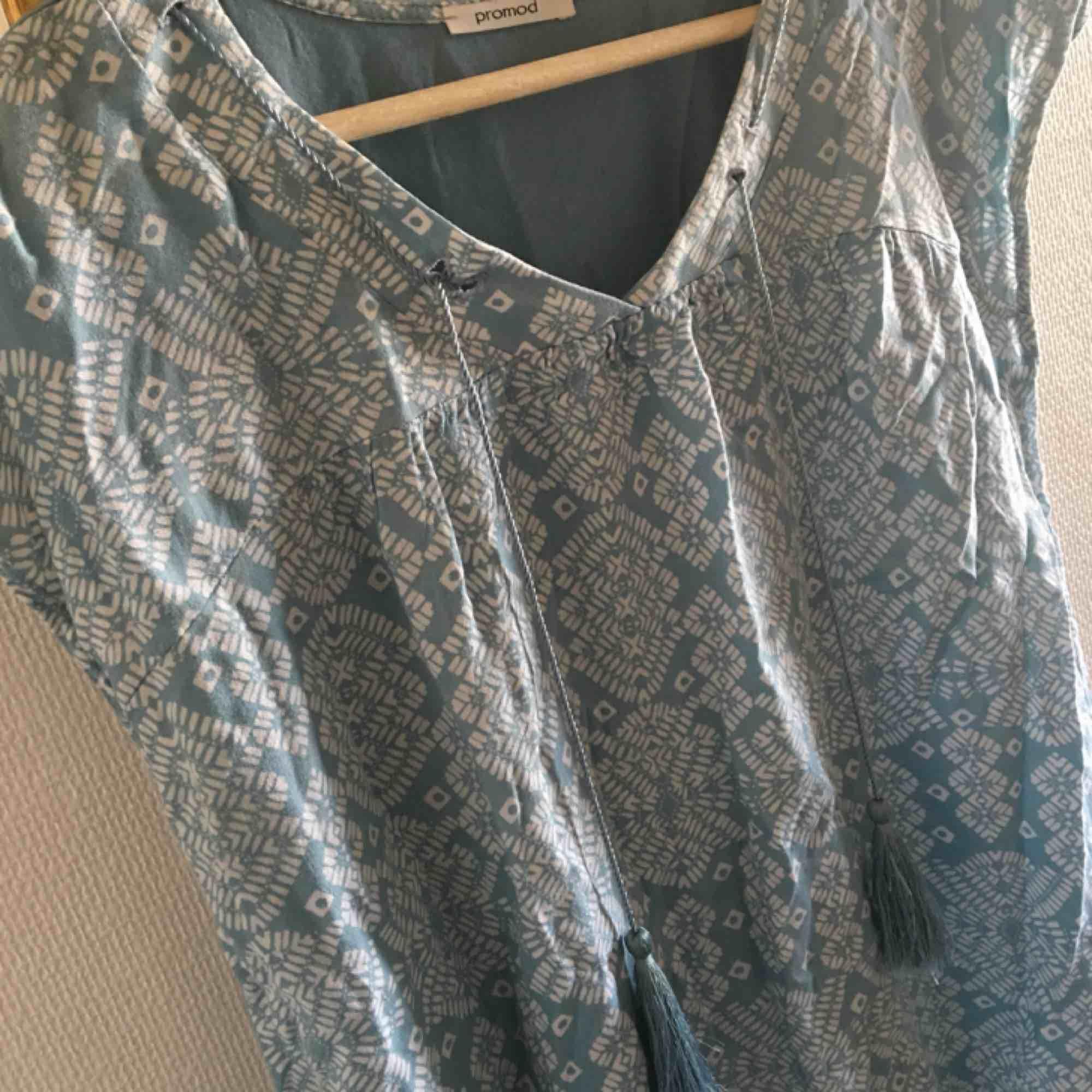 Fin, turkos tröja med tofsar från promod, köpt i Frankrike!! Det står ingen strl men skulle gissa strl M. Tredje bilden visar baksidan av tröjan. Köparen står för frakt ☺️. Skjortor.