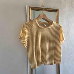Fin, randig, lite croptoppad tröja från monki!! Säljer då den inte används särskilt mycket. Köparen står för frakt UwU